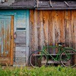 小屋にもたれる自転車